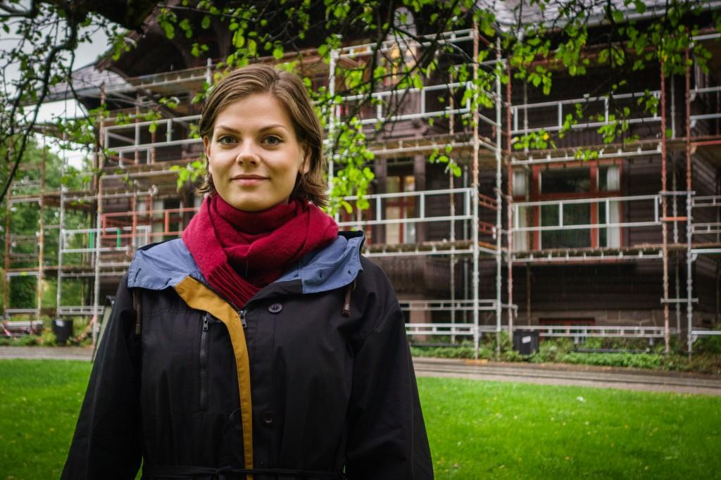 Amanda Schei framfor Villa Eika på Blindern, arbeidsplassen hennar dette undervisningsåret. Foto: Remi Aure Reksten