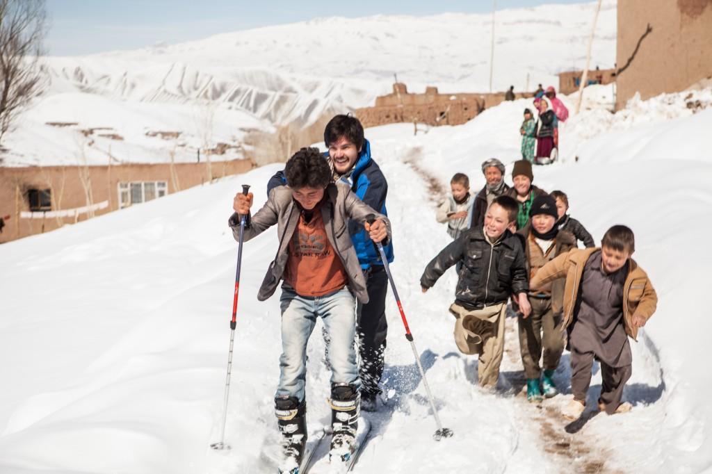 Universelt: Skiglede blant barn i Bamyan. Foto: Edward Kearney