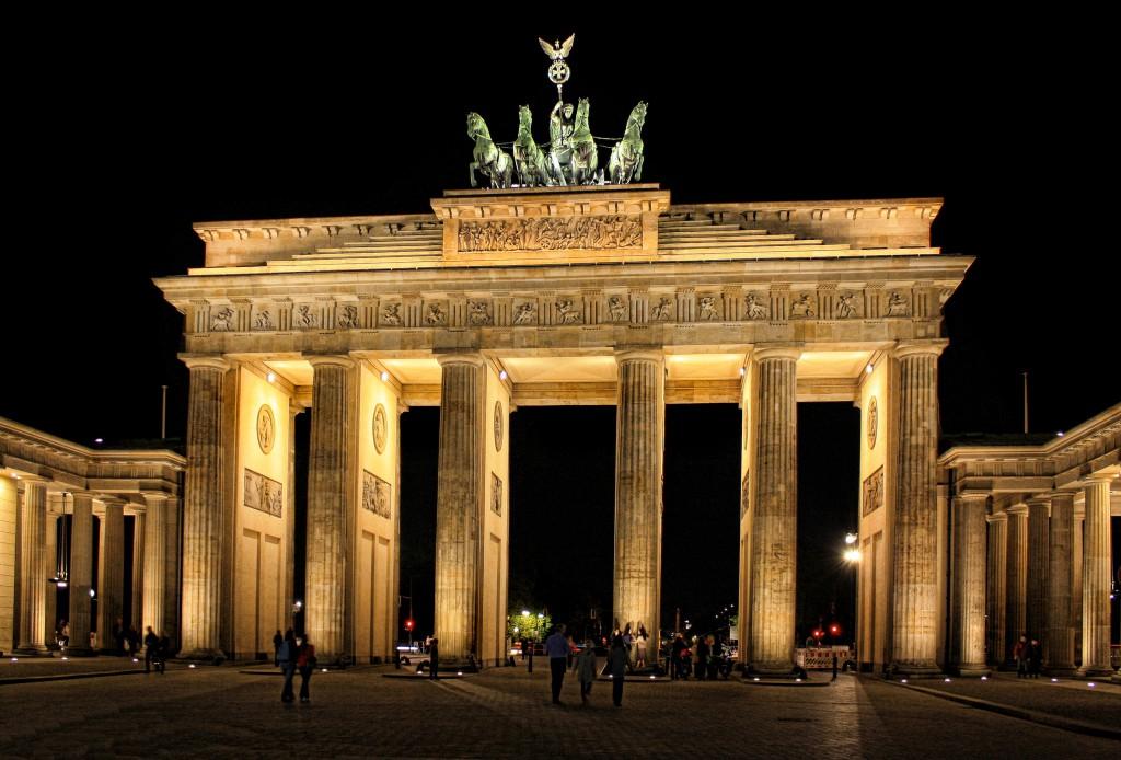 Brandenburger Tor: Et av de største symbolene på Berlin og Tyskland. Store deler av porten ble ødelagt under den andre verdenskrig, og den ble ferdig restaurert i 2002.  Foto: Daniel Mennerich/ Creative Commons.