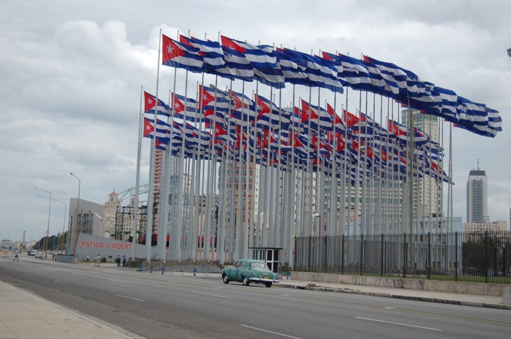 Flaggene foran den amerikanske «ambassaden» i Havana er en kunstinstallasjon som representerer antall år siden Cubas uavhengighet. Flaggene ble satt opp etter at USA innstallerte en informasjonsskjerm på utsiden av bygget. Foto: Sergio Carreira